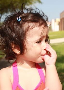bambina che succhia il dito