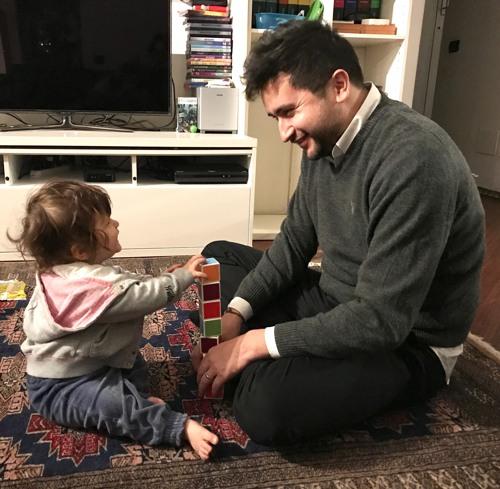 tiara che gioca col papà
