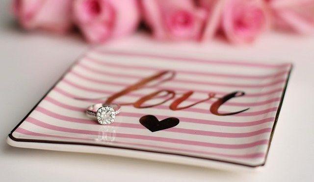 Gioielli, fiori e ristoranti: i mille modi di dire ti amo a San Valentino
